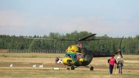 El helicóptero saca, salón aeronáutico, cerca del helicóptero es gente metrajes