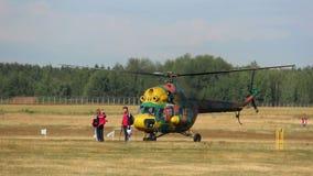 El helicóptero saca sobre gente en el campo metrajes