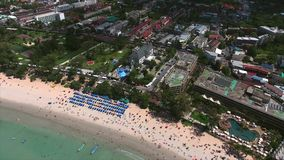 El helicóptero se mueve lejos de la ciudad y de la playa de KATA, Phuket Foto de archivo