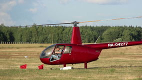 El helicóptero se sienta en el campo, juegos del helicóptero almacen de metraje de vídeo