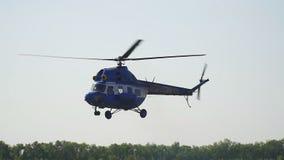 El helicóptero viene adentro aterrizar almacen de video