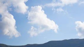 El helicóptero vuela en el cielo metrajes