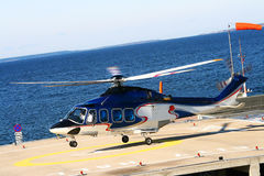 El helicóptero vuela encima cerca del mar. Imagenes de archivo