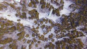El helicóptero vuela para arriba sobre el parque zoológico Mire abajo las jaulas con los animales metrajes
