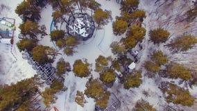 El helicóptero vuela sobre el parque zoológico Mire abajo las jaulas con los animales metrajes