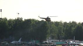 El helicóptero vuela sobre un campo cerca del bosque, el humo del helicóptero metrajes