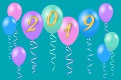 El helio multicolor hincha para la tarjeta 2019 de felicitación de la Feliz Año Nuevo Fotos de archivo libres de regalías
