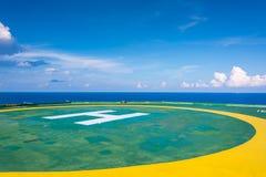 El helipuerto vacío de la plataforma petrolera con pocos se nubla y cielo azul Imágenes de archivo libres de regalías