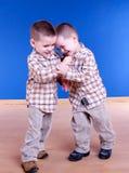 El hermano de gemelos tiene jugar de la diversión foto de archivo libre de regalías