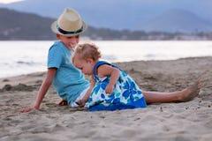 El hermano mayor feliz está jugando con su hermana más joven Fotografía de archivo libre de regalías