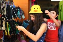 El hermano y la hermana adolescentes en mercancías al aire libre de la playa hacen compras Fotografía de archivo libre de regalías
