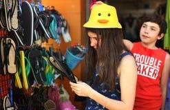 El hermano y la hermana adolescentes en mercancías al aire libre de la playa hacen compras Fotografía de archivo