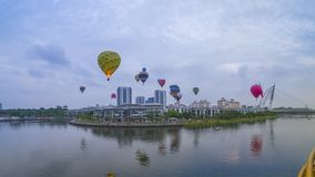 El hermoso de multi formada de los globos del aire caliente que flotan sobre los cielos de la salida del sol en el 10mo globo int fotos de archivo