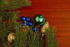El ` hermoso s del Año Nuevo juega en la tabla y las ramas verdes del pino Fotos de archivo