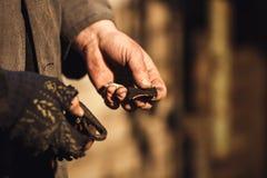 El herrero enciende el fuego con el firesteel y el pedernal foto de archivo libre de regalías