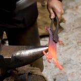 El herrero forjó el yunque del forjador del hierro hammerman Imágenes de archivo libres de regalías