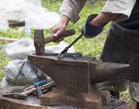 El herrero forja el hierro Fotos de archivo