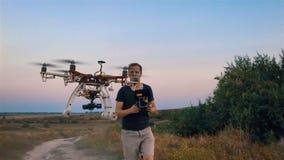 El hexacopter de encargo vuela sobre un hombre y vuela del marco Cámara lenta almacen de video