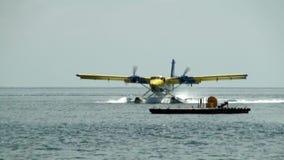 el hidroavión Amarillo-azul monta sobre el agua a la plataforma de aterrizaje en el océano en Maldivas almacen de video