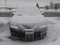 El hielo cubrió el coche Imágenes de archivo libres de regalías