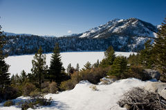 El hielo cubrió el lago Imágenes de archivo libres de regalías