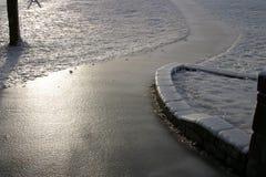 El hielo cubrió la senda para peatones Imagen de archivo libre de regalías