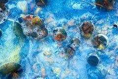 El hielo de fusión de la primavera en el río llenó de la luz y de los colores Fotos de archivo