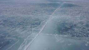 El hielo de un lago congelado Lago Baikal almacen de metraje de vídeo