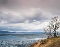 El hielo deshiela en el río Volga Fotografía de archivo libre de regalías