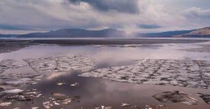 El hielo deshiela en el río Volga Foto de archivo