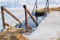 El hielo el lago el 19 de enero, cocinado para bañarse en invierno, el día de fiesta cristiano de la epifanía Imágenes de archivo libres de regalías