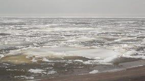 El hielo en el clouse del río encima del panorama metrajes