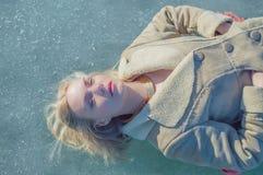 El hielo es la muchacha, mirando el cielo Imagen de archivo