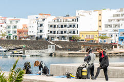 EL HIERRO, ΙΣΠΑΝΊΑ - 3 ΜΑΐΟΥ 2016: νέοι που περιμένουν να κάνει ένα δ Στοκ φωτογραφίες με δικαίωμα ελεύθερης χρήσης