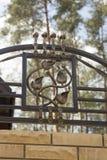El hierro labrado adorna las puertas y la cerca Fotografía de archivo