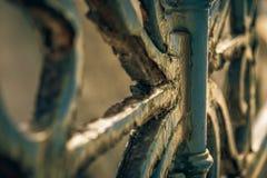 El hierro labrado aherrumbró de una cerca Fotos de archivo libres de regalías
