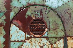 El hierro oxidado del vintage cubre la puerta pintada en colores verdes y rojos fotografía de archivo