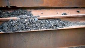 El hierro oxidado miente en el aire abierto en la luz del día