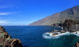 El Hierro - Skalisty wybrzeże w El Golfo dolinie obrazy royalty free