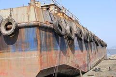 El hierro viejo aherrumbró barge adentro la dique seco para las reparaciones Foto de archivo