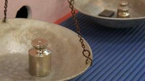 El hierro y los pesos de cobre amarillo añadieron sobre un lado de una escala mecánica del vintage mientras que cargaba metrajes