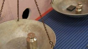 El hierro y los pesos de cobre amarillo a?adieron sobre un lado de una escala mec?nica del vintage mientras que cargaba metrajes