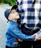 El hijo abraza al padre Foto de archivo libre de regalías