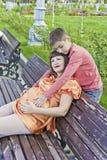 El hijo abraza el estómago de su madre embarazada Imágenes de archivo libres de regalías