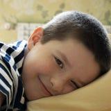 El hijo coloca para descansar fotografía de archivo