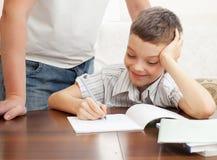 El hijo de ayuda del padre hace la preparación Imagen de archivo libre de regalías