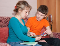 El hijo de las ayudas de la madre prepara la preparación Foto de archivo