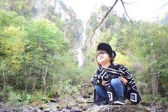 El hijo japonés joven está jugando con la madre Foto de archivo libre de regalías