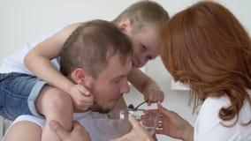 El hijo monta hombros en el padre almacen de metraje de vídeo