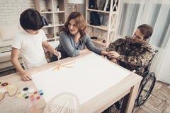 El hijo paralizado del ` s de los soldados está dibujando una imagen fotografía de archivo
